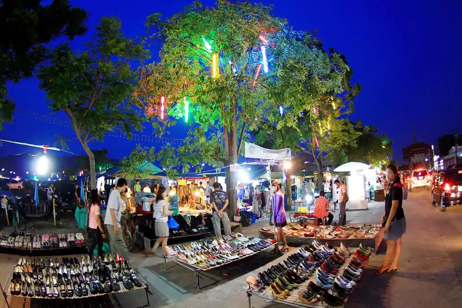Làm thêm bán quần áo, giày dép buổi tối trên vỉa hè, hội chợ